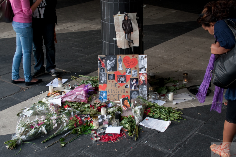 20090708.1840.49-Michael_Jackson_memorial-Sergelstorg