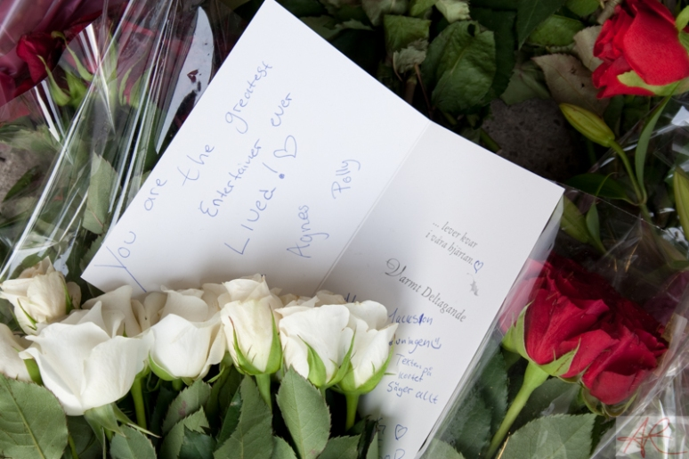 20090708.1841.48-Michael_Jackson_memorial-Sergelstorg