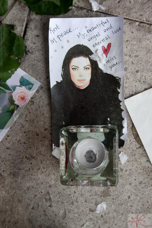 20090708.1842.03-Michael_Jackson_memorial-Sergelstorg