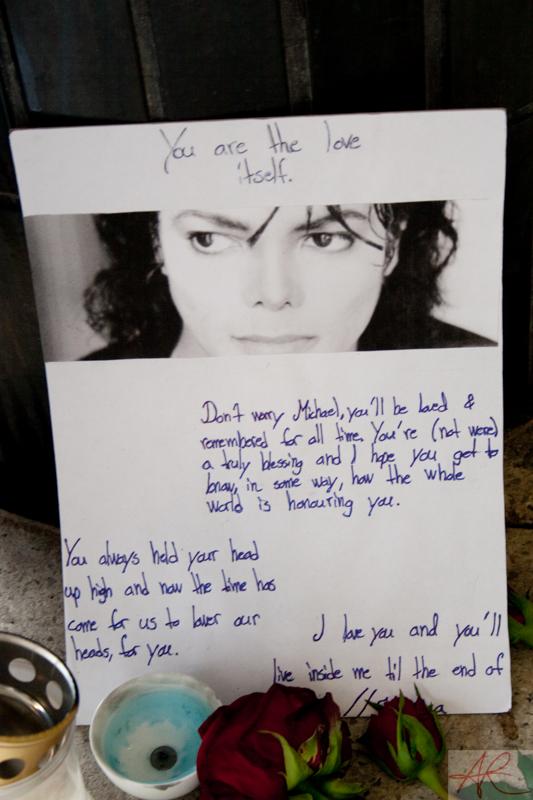 20090708.1842.49-Michael_Jackson_memorial-Sergelstorg